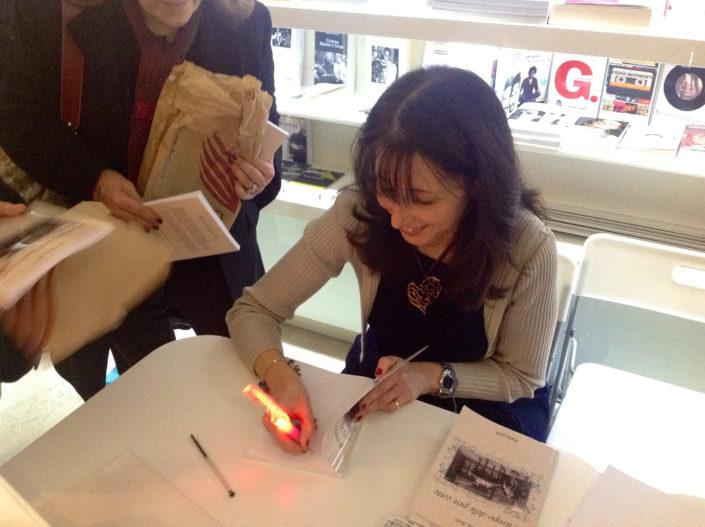 Isabella Botti firma un suo libro